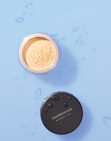 Mineral Veil Hydrating Finishing Powder with water droplets